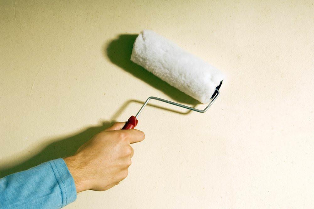 Перед нанесением отделочного материала на поверхность стен тз оргалита, следует применять грунтовочный материал
