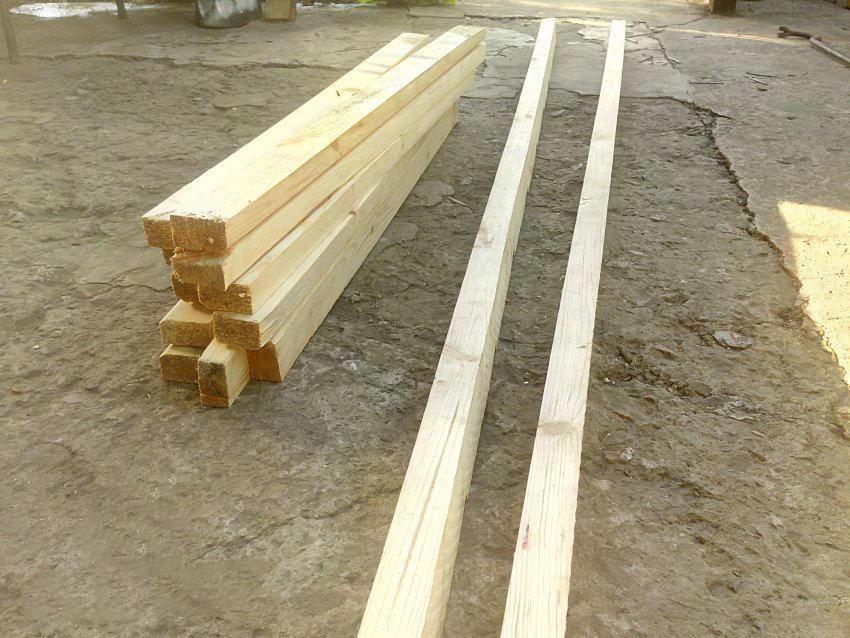 Перед тем как приступать к изготовлению лестницы-стремянки, сперва следует подготовить необходимые инструменты и материалы для работы