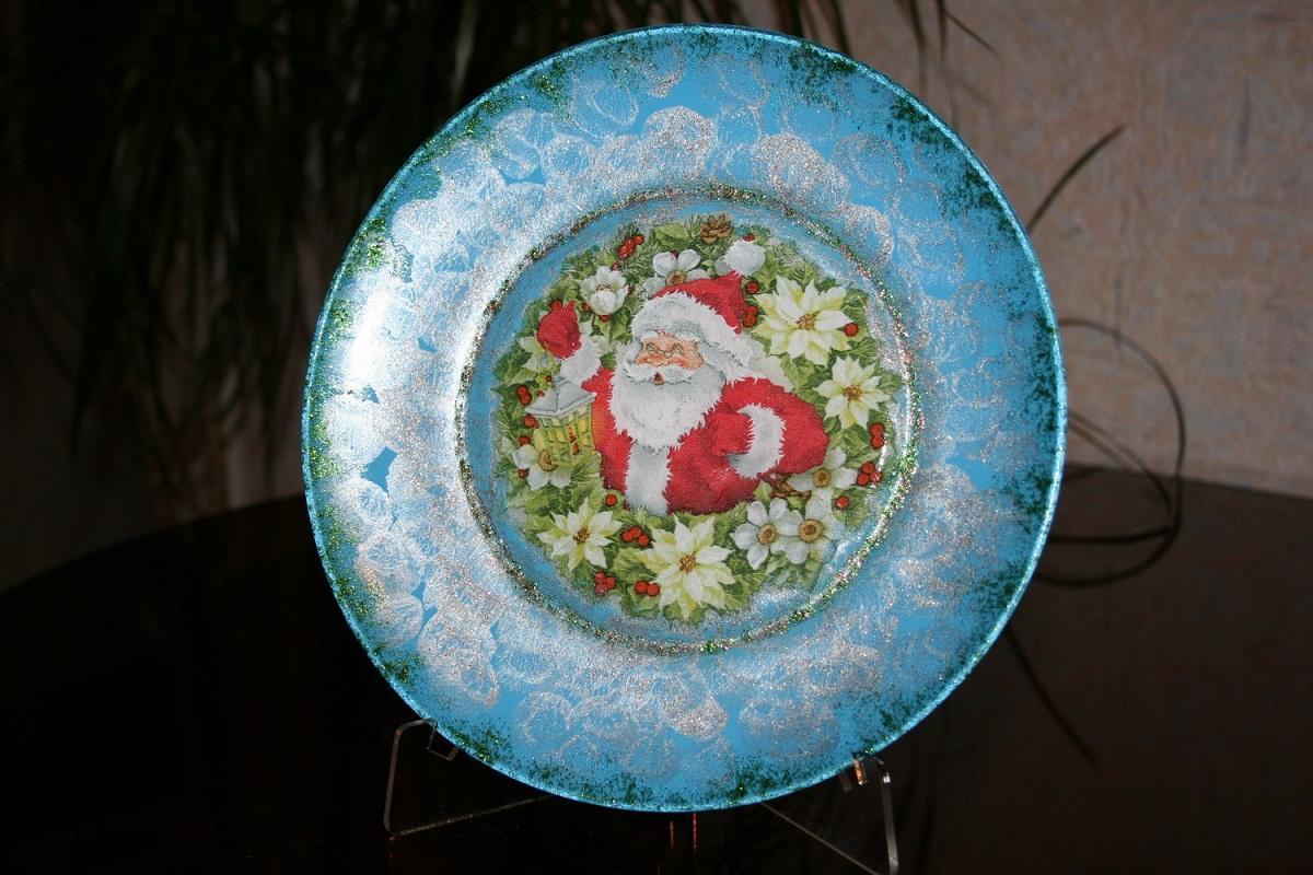 Тарелка, оформленная с помощью техники декупаж в новогоднем стиле, придаст комнате праздничной атмосферы