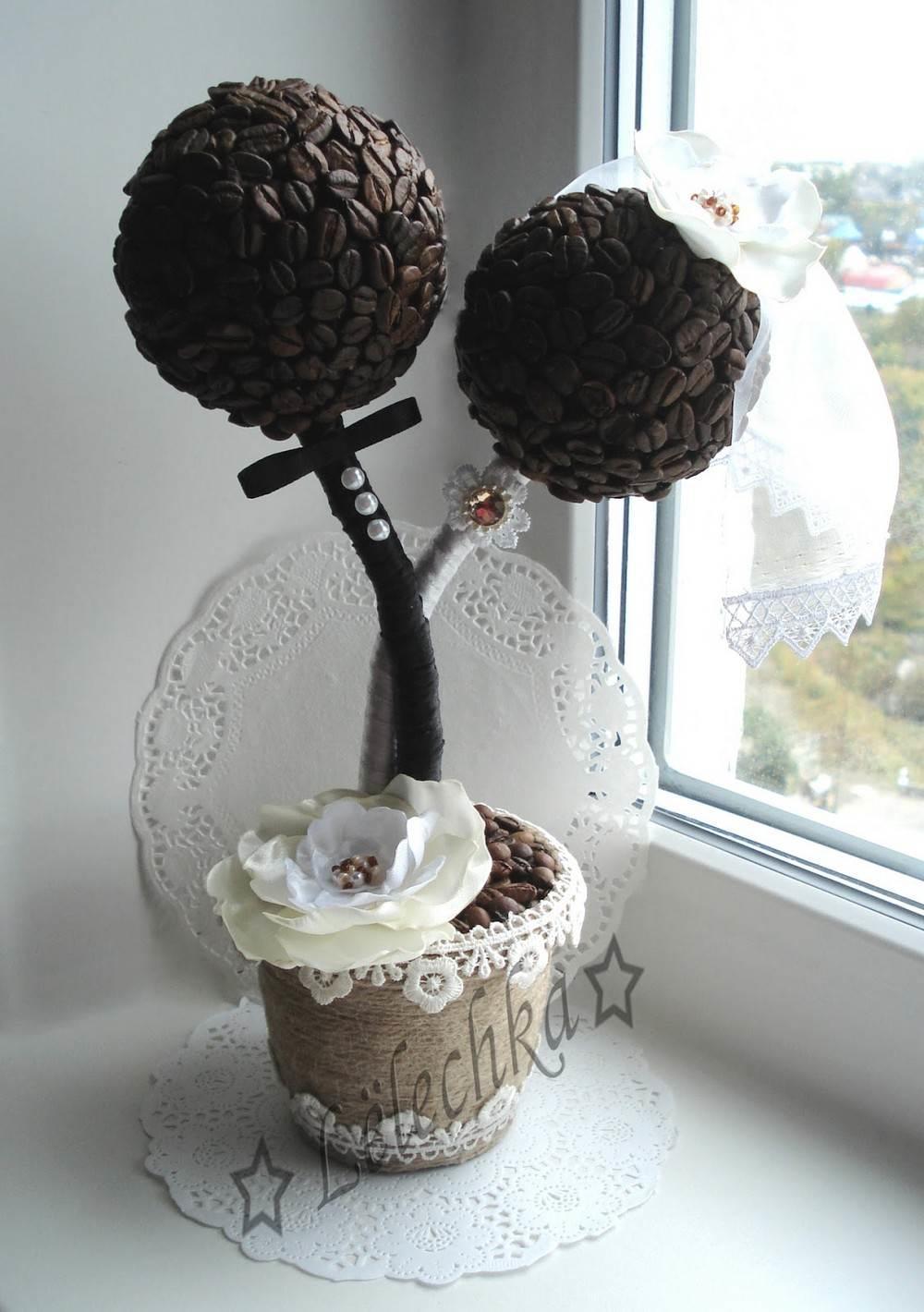 Если деревце украсит торжественный стол, оно должно слиться с декором праздника. Или же быть ярким, но тем не менее – органичным акцентом
