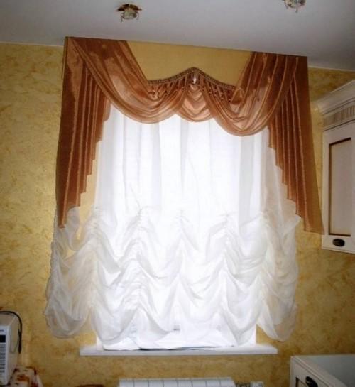 Ламбрекен – вполне уместное дополнение к французской шторе в оформлении кухонного окна