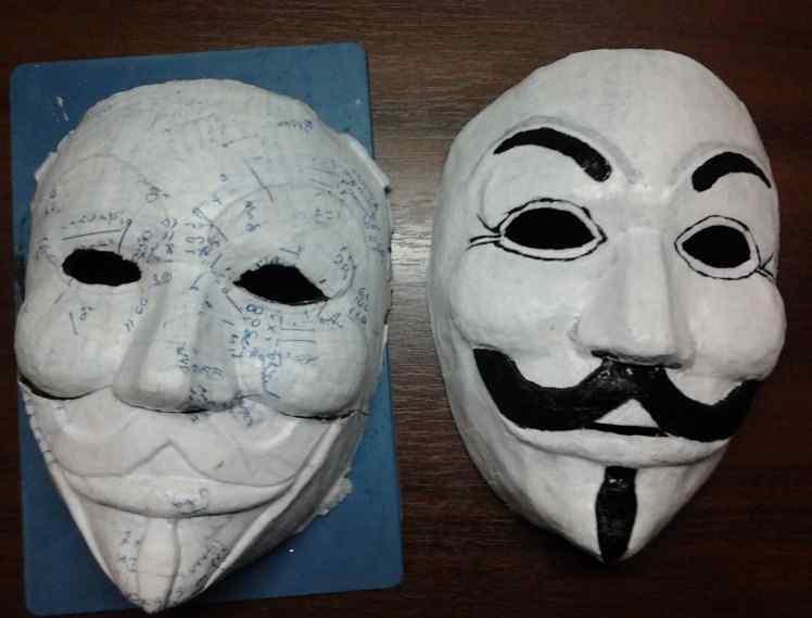 Если у вас имеется старая маска, то ее можно использовать в качестве основы для новой маски из папье-маше