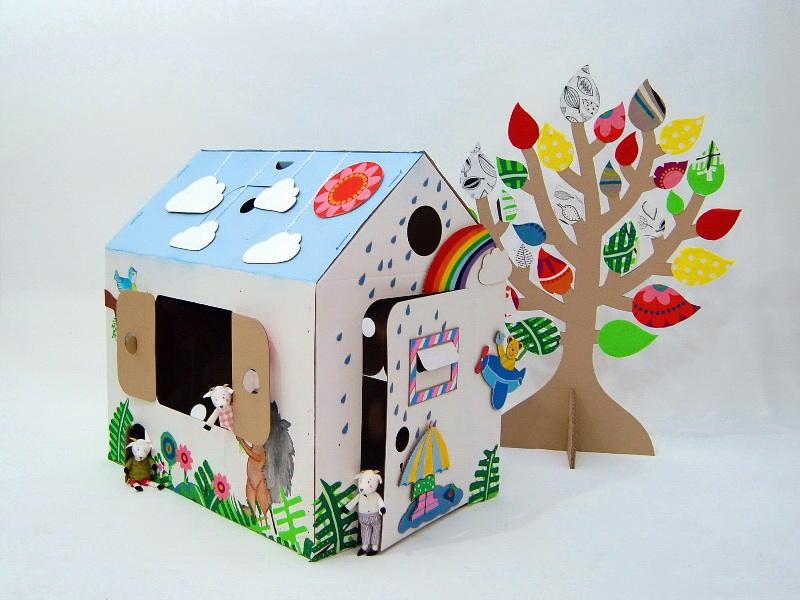 Очень необычным и симпатичным получается домик из картона, который оформлен сказочными элементами