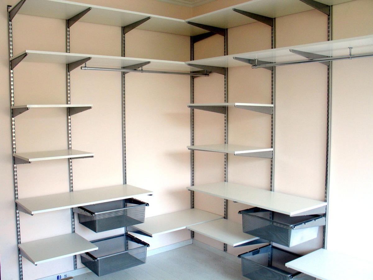 Первым делом следует приобрести все необходимые строительные материалы для гардеробной и инструменты