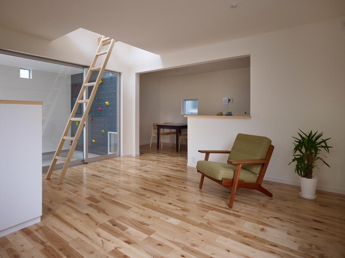 Приставную деревянную лестницу можно использовать как в доме, так и на улице