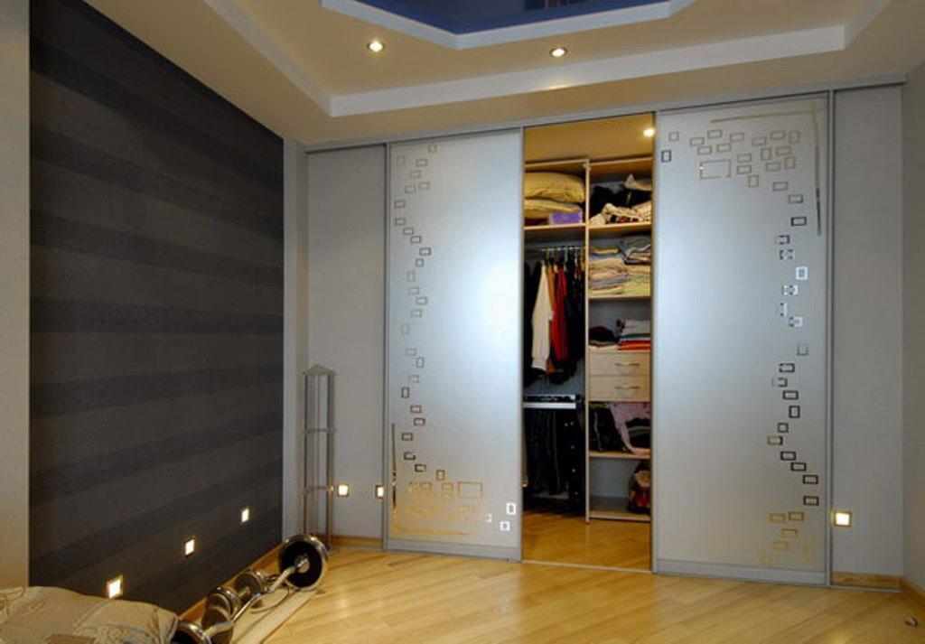 Собрать и установить раздвижные двери можно самостоятельно, главное – ознакомиться с инструкцией по сборке