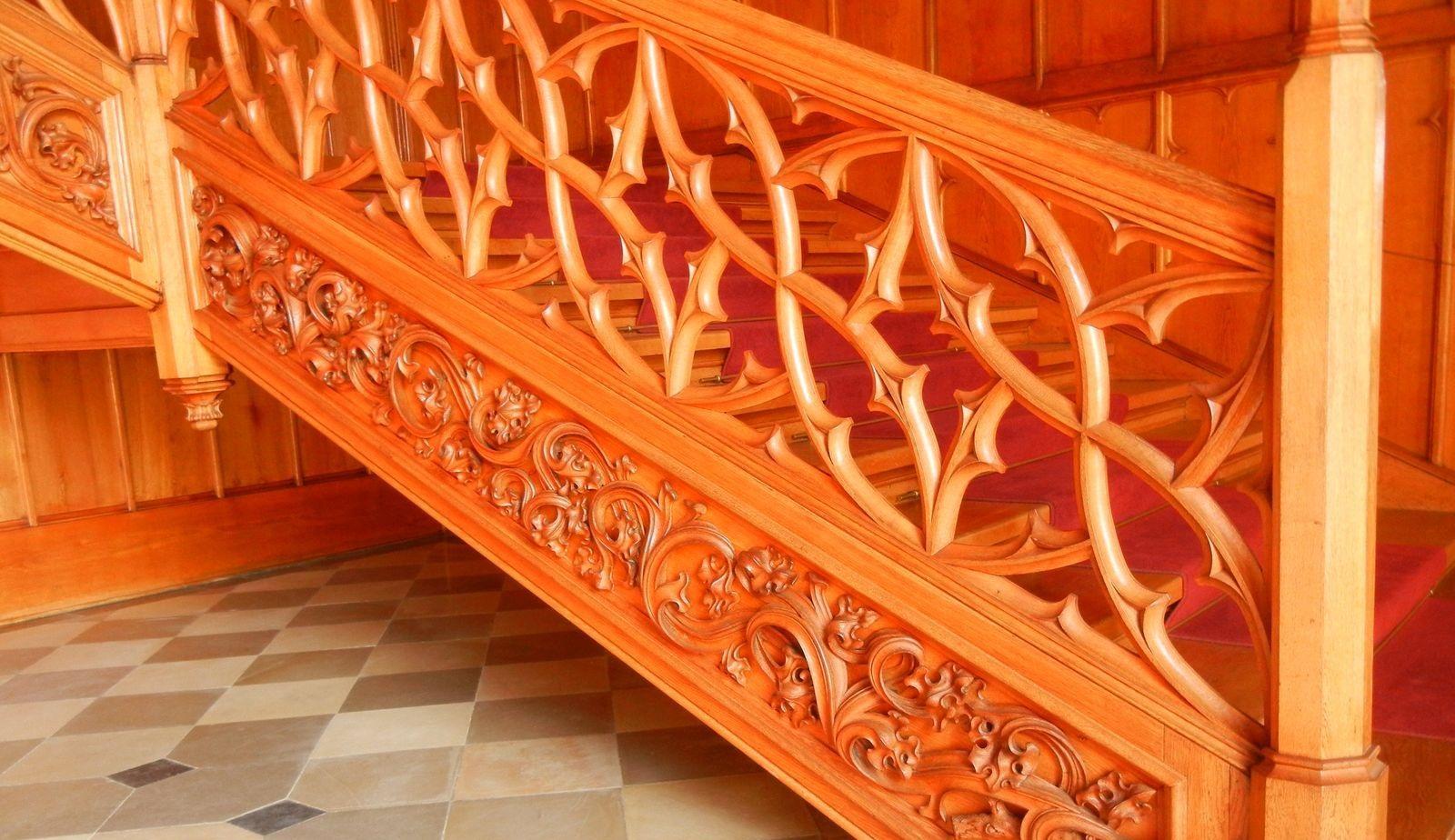Деревянные перила для лестниц: фото столбов в доме, как установить резные заходные своими руками, как крепитьШикарные