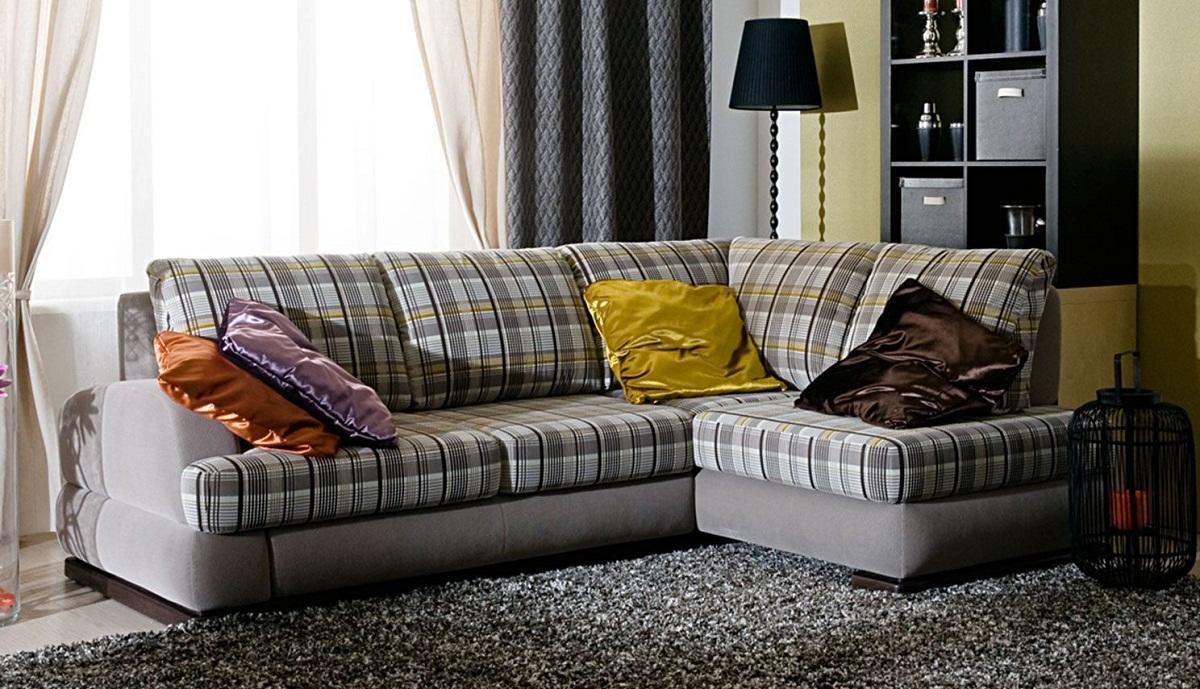 Для создания ощущения комфорта перед уголком рекомендуется постелить мягкое ковровое покрытие