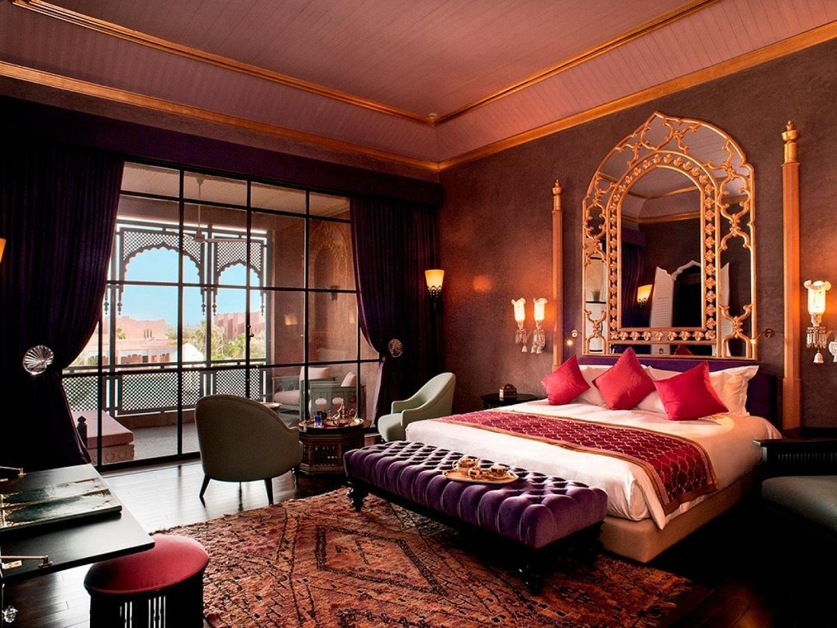 При оформлении интерьера в восточном стиле применяются яркие цвета: красный, золотой, фиолетовый
