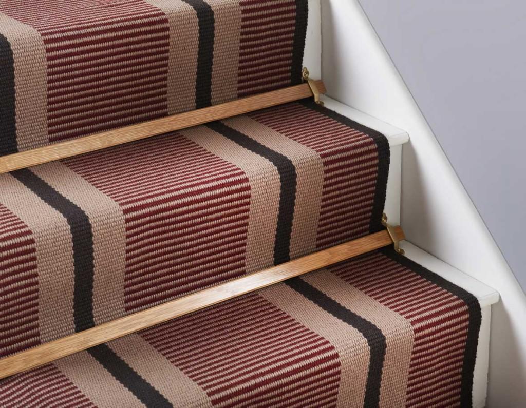Выбирать накладки из ковролина следует в зависимости от стиля, в котором выполнен интерьер и лестница