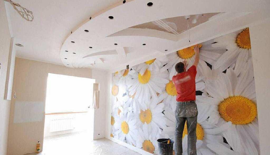 Во время поклейки флизелиновых обоев клей наносится на стену; на сами обои наносить клеевое вещество необязательно: это одно из важных преимуществ таких обоев