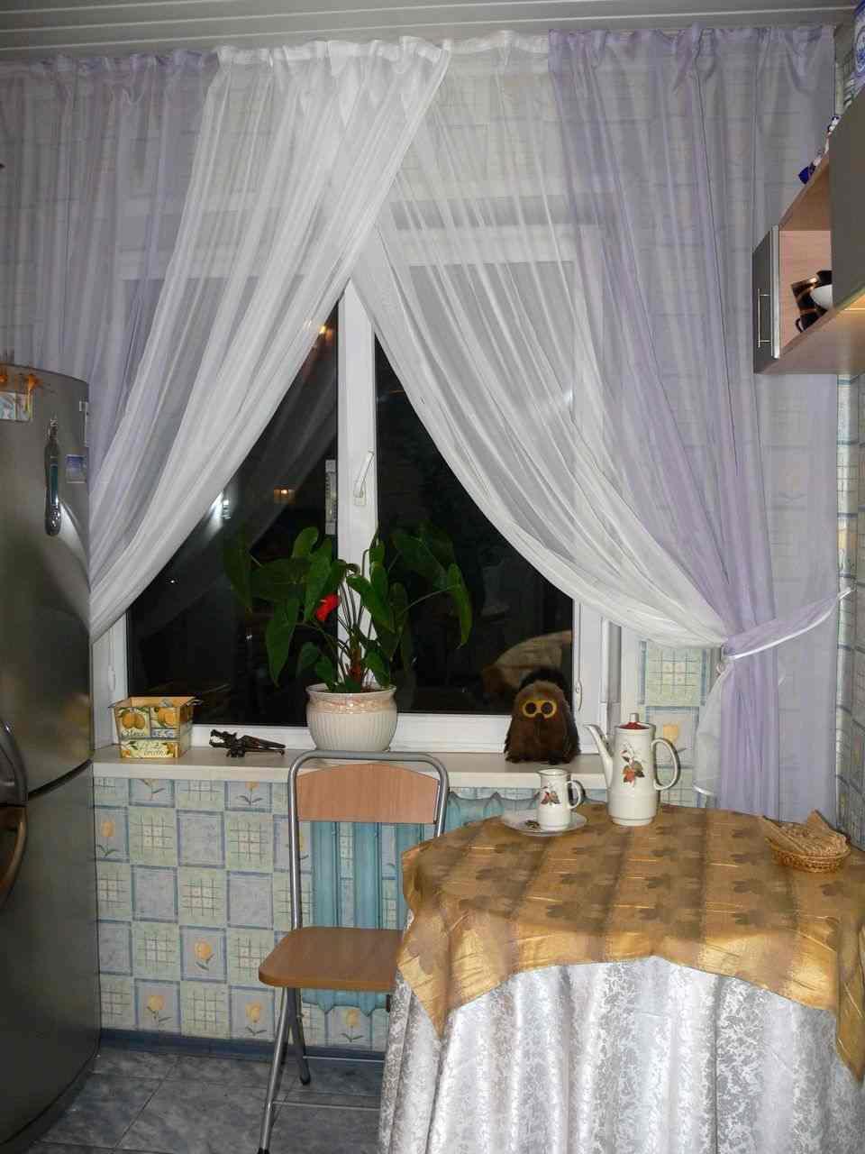 Шторы из вуали обеспечивают хорошее освещение, что положительно влияет на размеры комнаты