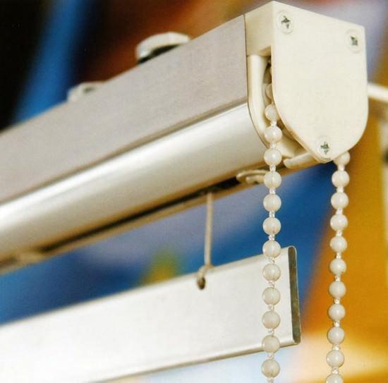 Механизм крепления римских штор может быть механическим, полуавтоматическим или полностью автоматизированным