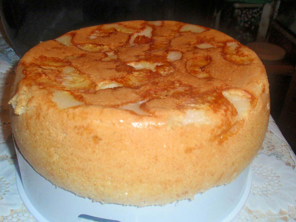 При приготовлении банановой шарлотки следует аккуратно смешивать ингредиенты, чтобы пирог обладал пышной и нежной структурой