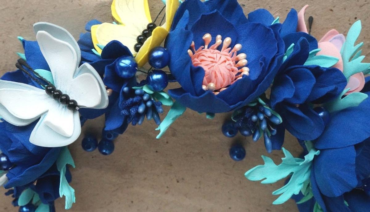 Бабочкой из фоамирана можно украсить ободок с цветами