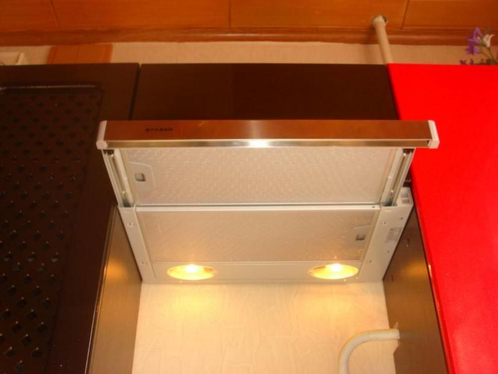 Вытяжки с выдвижной панелью полностью прячутся в шкаф и при задвинутой панели совсем не заметны на кухне