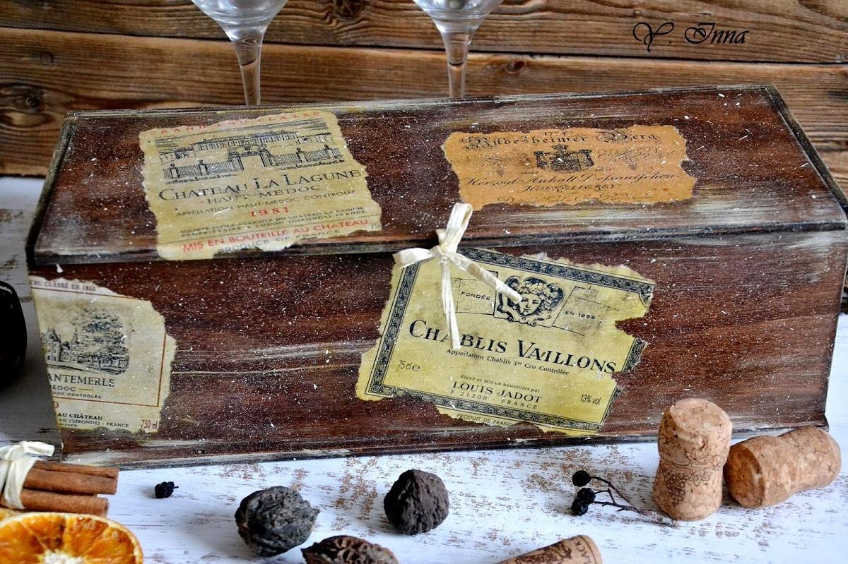 Короб для вина, украшенный в технике декупаж, станет отличным подарком на любой праздник