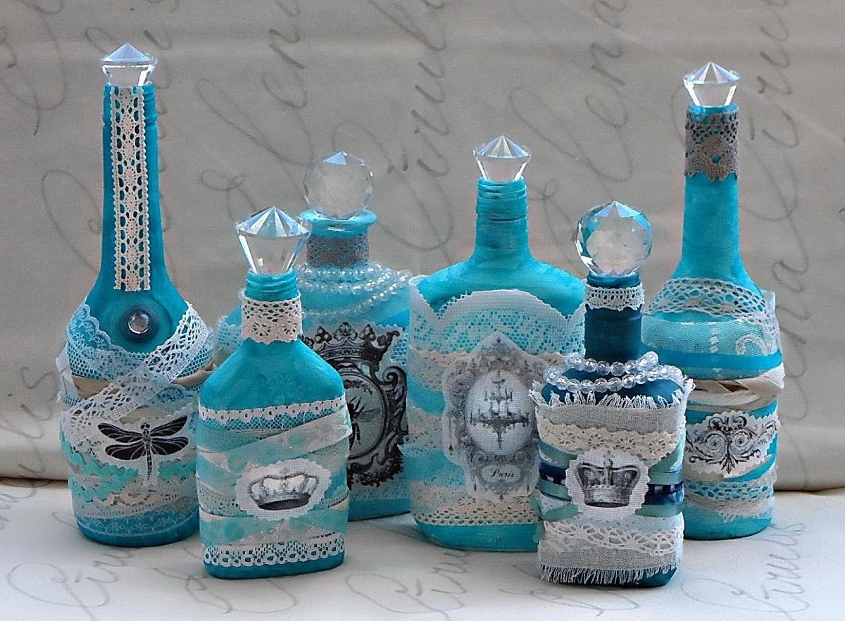 Благодаря декупажу можно красиво оформить бутылку для алкоголя
