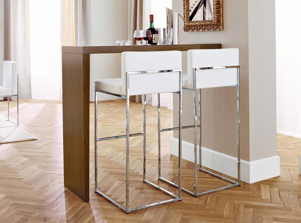 Откидная барная стойка очень удобна на малометражной кухне, так как в сложенном, точнее поднятом, состоянии совсем не занимает места