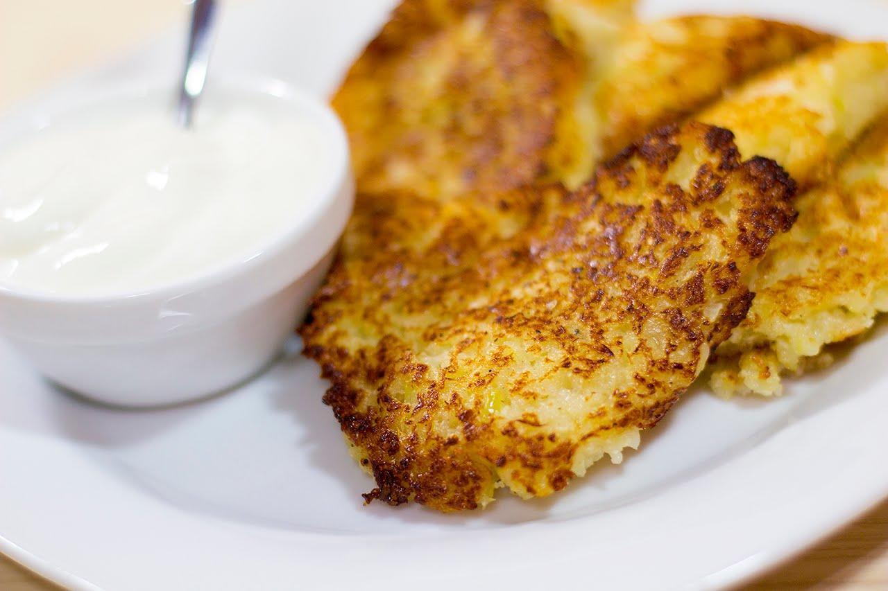Луковые оладьи: рецепт с фото, репчатый с Мивиной, с сыром на кефире или молоке, пышные на дрожжах жареные