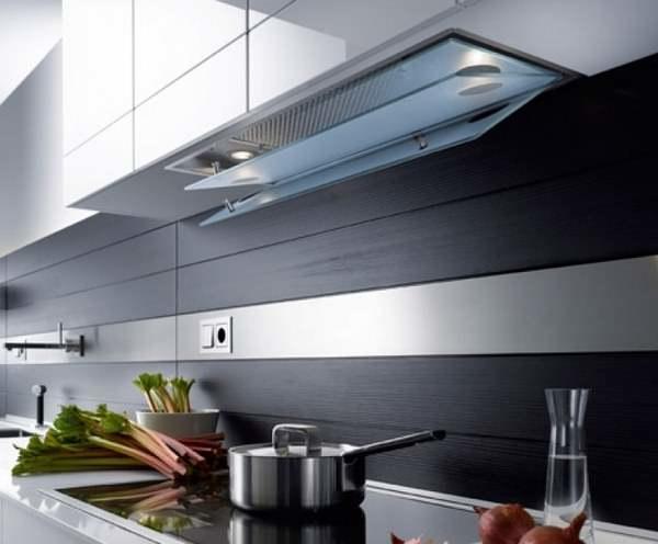 Встроенная вытяжка на кухне значительно экономит пространство