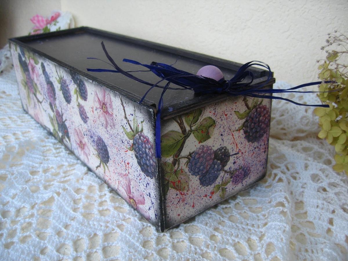 Ящик для вина можно оформить с помощью техники декупаж, использовав картинку с изображением винограда