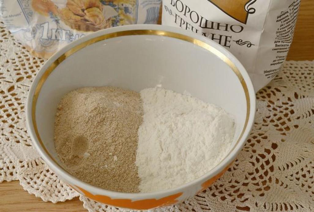 В небольшой емкости смешиваем пшеничную и гречневую муку