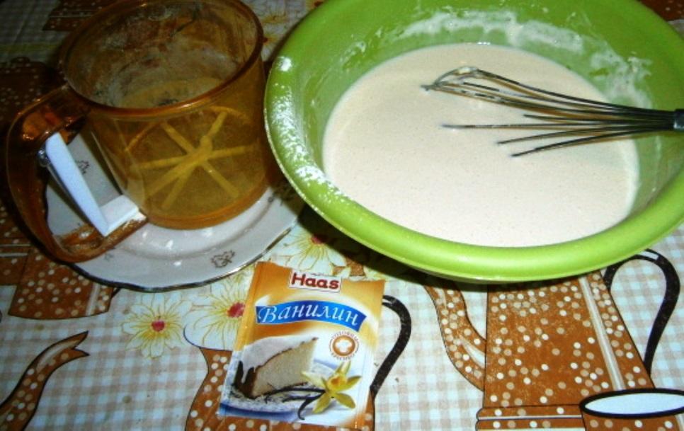 В небольшой емкости смешиваем все ингредиенты, включая молоко, яйца, муку, сахар. Дополнительно в тесто можно добавить немного ванилина