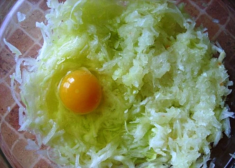В кабачковую массу добавляем яйцо