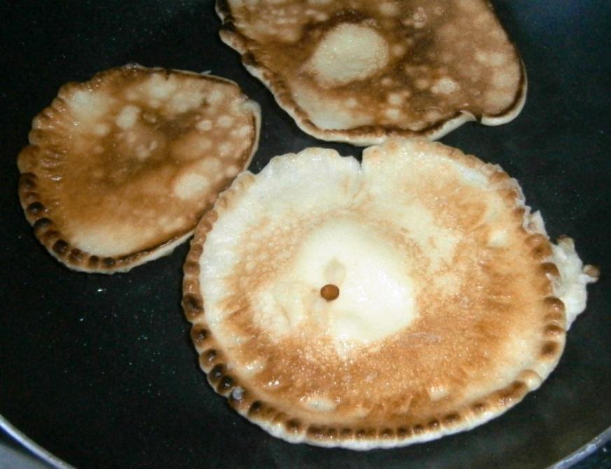 На раскаленной сковороде с подсолнечным маслом аккуратно жарим оладушки