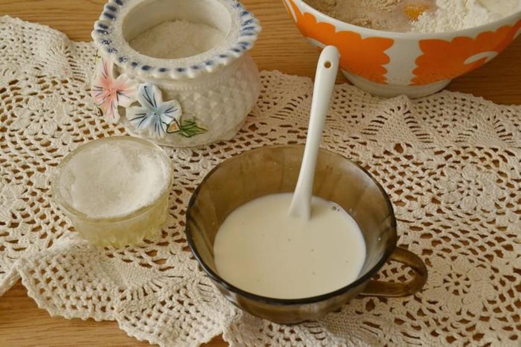 В оставшемся молоке растворяем сахар и щепотку соли