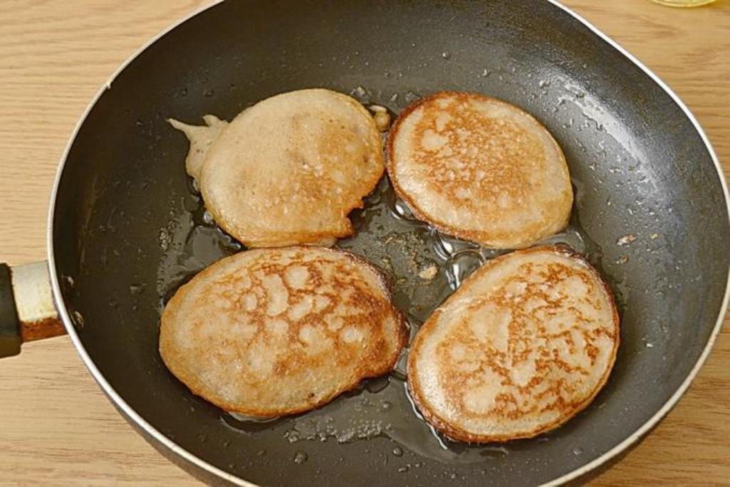 Хорошо прогреваем сковороду с растительным маслом. Используя столовую ложку, аккуратно выкладываем оладушки на поверхность и прожариваем их с каждой стороны