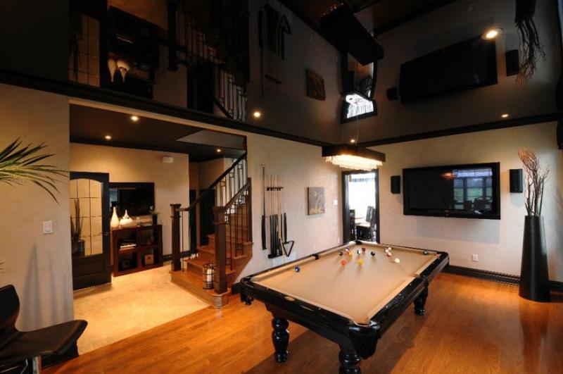 Правильный выбор комнаты позволит избежать мрачности при использовании черного потолка