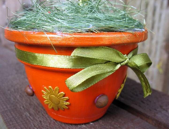 Несущим основанием для топиария может выступать украшенный цветочный горшок, банка, стакан, чашка или любой упаковочный материал соответствующей формы
