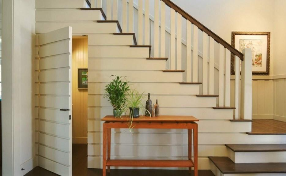 Достаточно необычно и интересно в современном интерьере будет смотреться белая лестница в скандинавском стиле