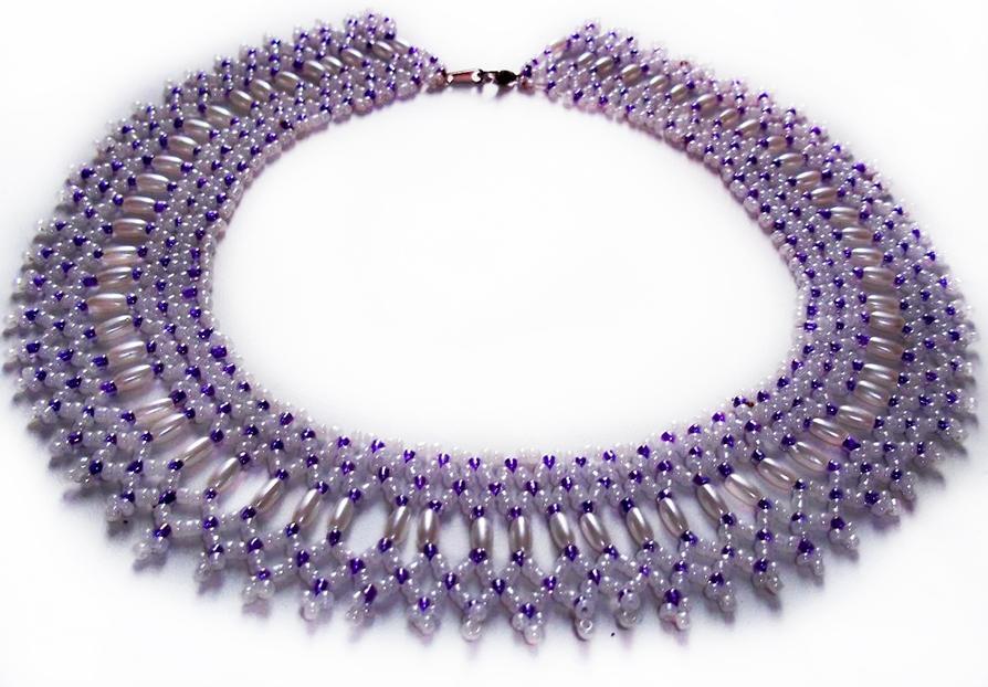 При помощи техники макраме можно сплести модное ожерелье, которое стильно дополнит любой образ