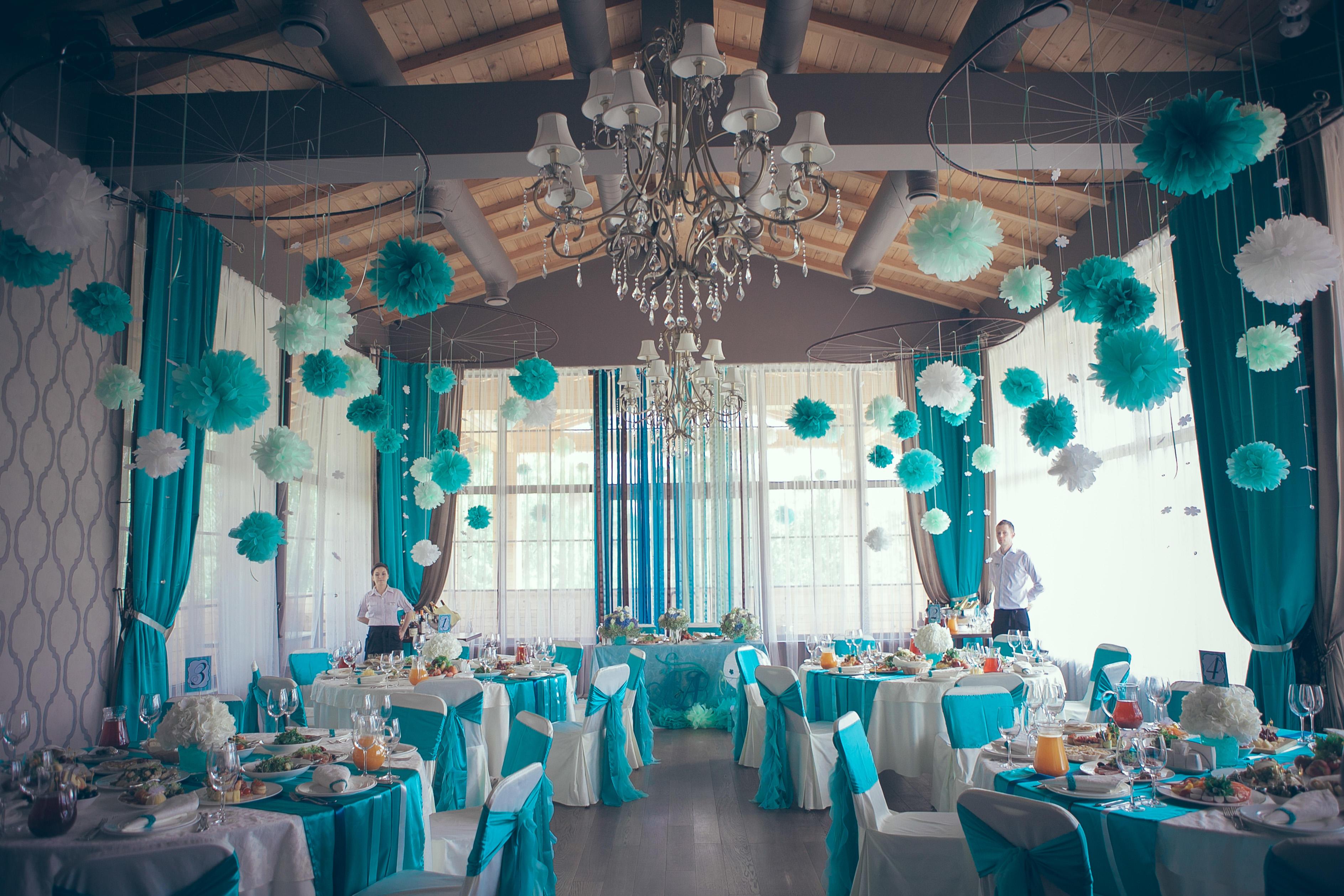 Хорошей альтернативой воздушным шарам станут яркие разноцветные бумажные помпоны, которые добавят оригинальности вашему празднику