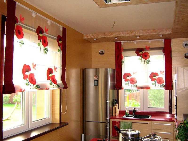 Если вы желаете разнообразить интерьер, то можно пошить шторы из ткани с рисунками цветов или другими узорами