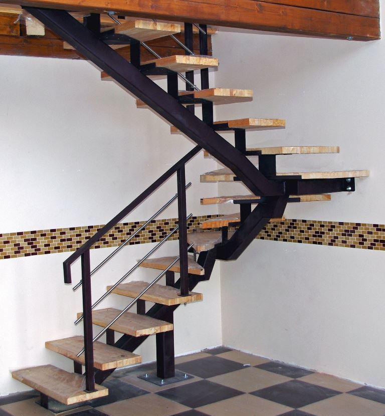 Как правило, недорогая винтовая лестница отличается достаточно простым дизайном