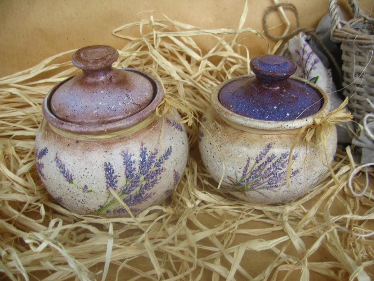 Глиняные горшки являются отличным элементом декора для кухни