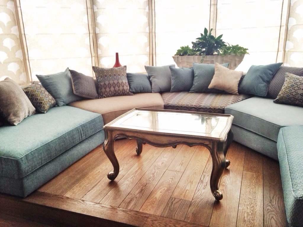 Стильный и изысканный эркерный диван украсит гостиную и сделает ее более комфортабельной