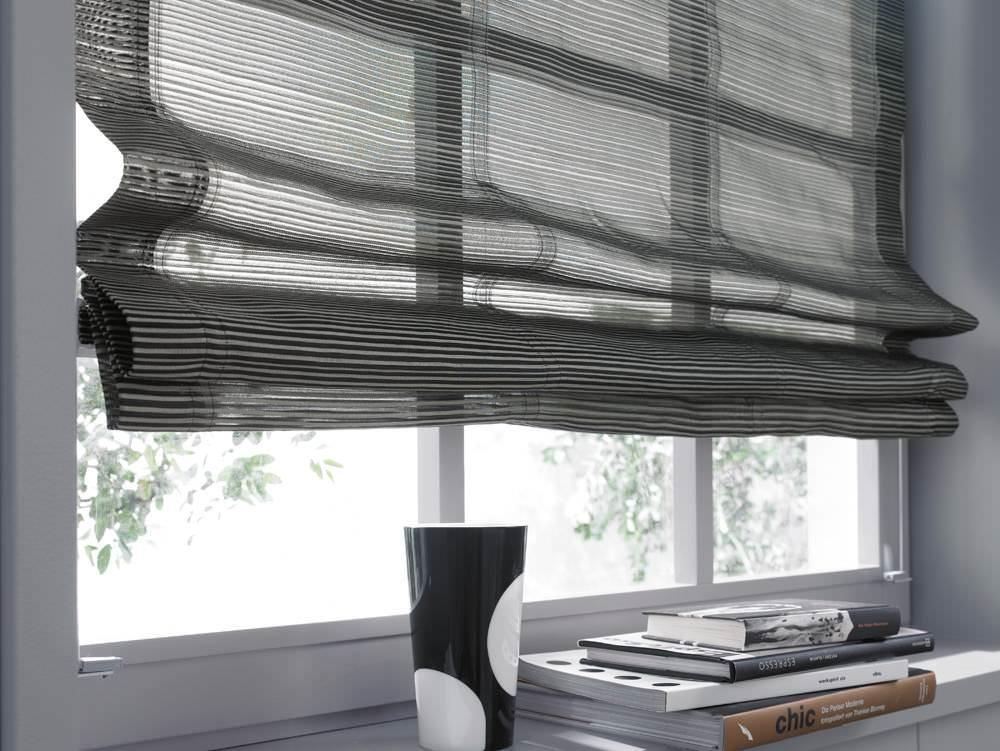 Для римских штор больше подходят настенные карнизы, но длинные гардины можно использовать и с потолочными