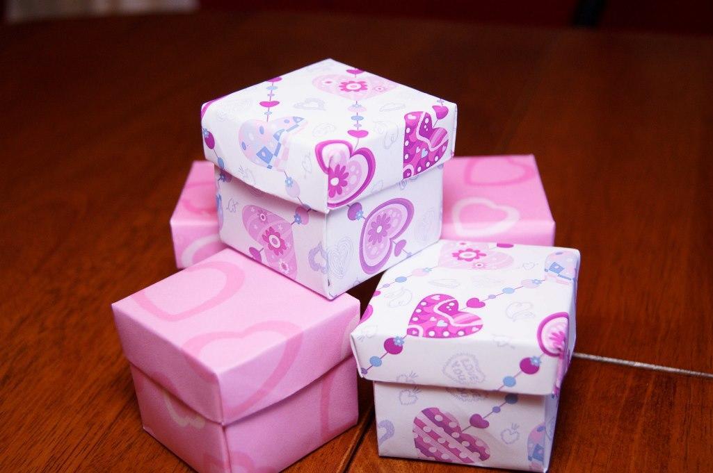 Для изготовления красивой подарочной коробки отлично подойдет разноцветный картон