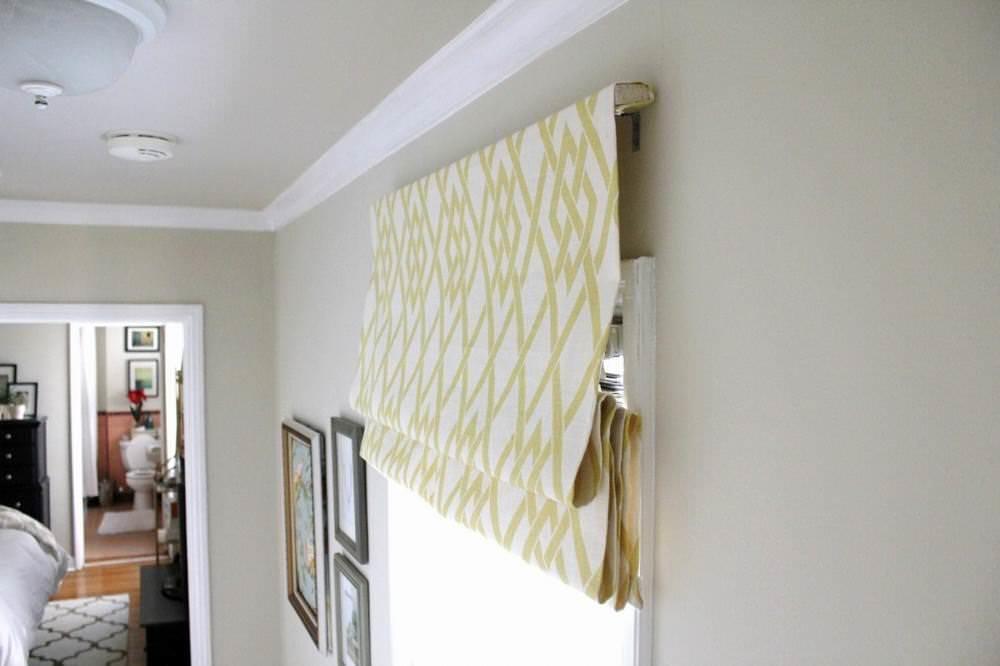 Карниз для римской шторы простейшей конструкции можно собрать своими руками из подручных материалов