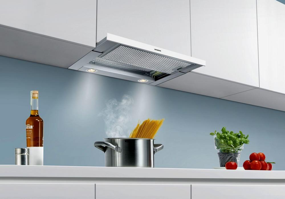 Кухонные вытяжки встраиваемого типа включают рециркуляционный механизм