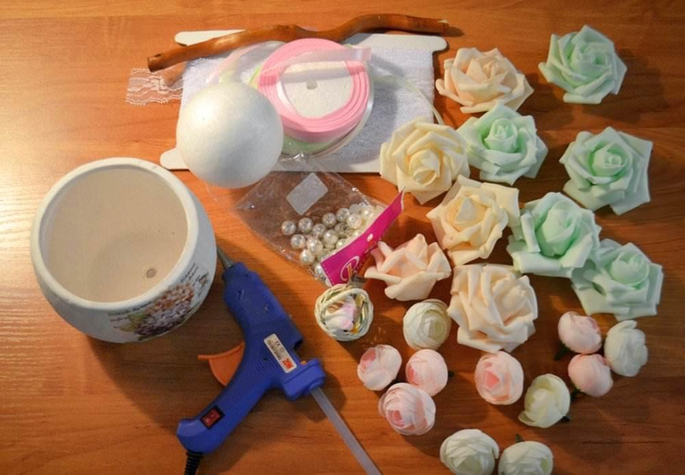 Для деревца счастья нам понадобится час времени, а также некоторые материалы и инструменты: кашпо или цветочный горшок, проволока или коряга, шар из пенопласта или других материалов, розы из фоамирана, термоклей и элементы декора