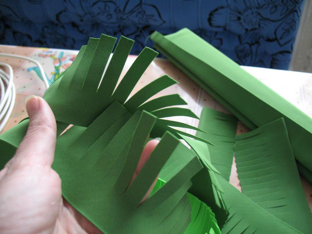 Интересный и увлекательный мастер-класс более подробно расскажет о создании красивой новогодней елочки из фоамирана