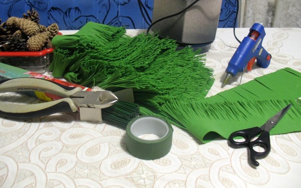 Перед тем как приступить к изготовлению елочки из фоамирана, следует заранее подготовить все необходимые материалы и инструменты, чтобы не отвлекаться в процессе работы