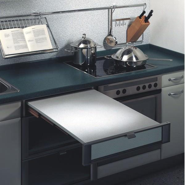 Такой стол занимает немного места, даже имея большую площадь
