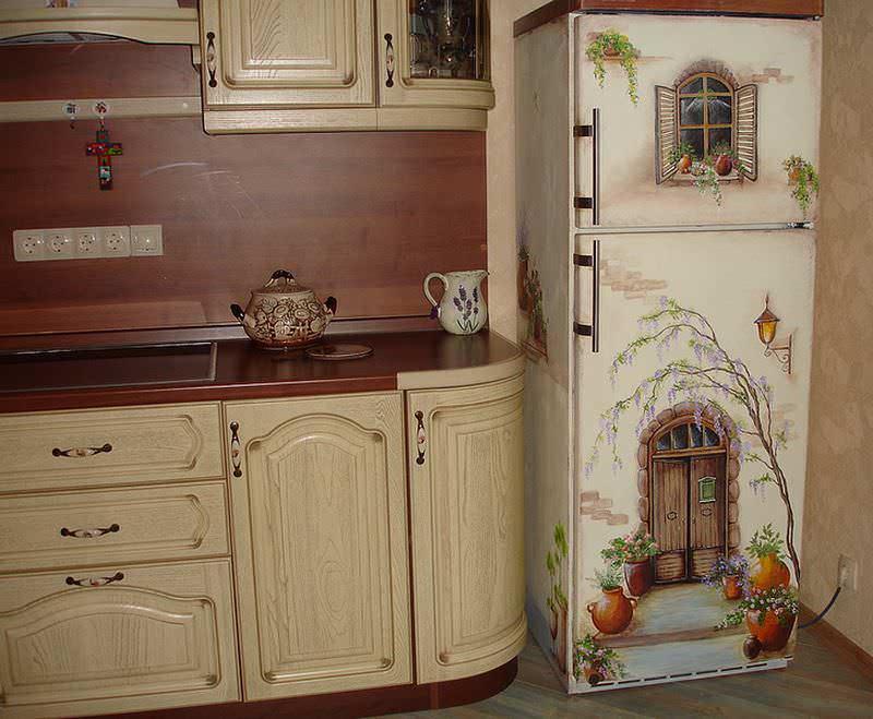 Необычным решением является обновление декупажем кухонной техники